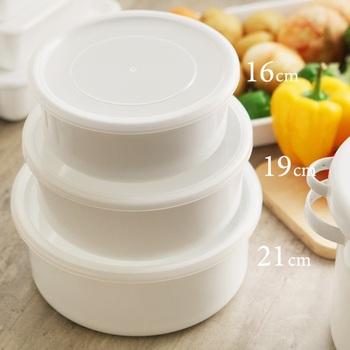 16cmはスープなどを取っておくのに丁度いい1.3L。オーブンに入れられるので、小さめのケーキ型としても使えます。 19cmは1.9Lで、たっぷり作ったシチューや、下茹でしたジャガイモなどの保存も余裕です。 21cmは2.9L入り、お鍋のよう。お漬物作りや潰れやすいトマトなどのお野菜の保存にも使えそうです。