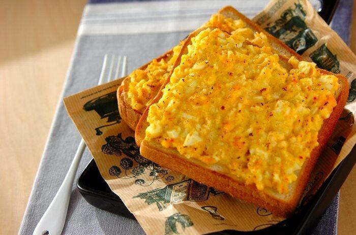 カニ缶、固ゆでの卵、タマネギ、マヨネーズで作るタルタルソースを食パンにのせてトースターで焼く、ちょっと贅沢なトースト。休日のブランチにゆったりお家でカフェ飯気分でいかがでしょうか。