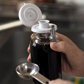 片手でポンと開けられるワンプッシュの調味料瓶です。自家製のたれやドレッシングなどの保存に便利なアイテム。