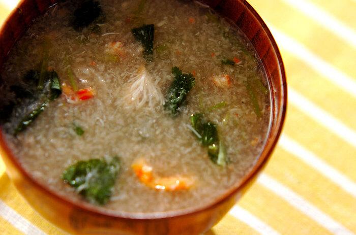 カニ缶、レンコン、三つ葉で作るおろし汁。レンコンはすりおろして使うことで、トロトロの汁になり、カニの風味も美味しいほっこり身体のあたたまる汁になります。