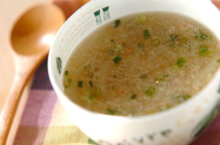 カニ缶、タマネギ、ショウガ、ネギで作るこちらもとろみがまろやかなスープ。カニ缶を使うとスープも汁も美味しい出汁が自然と出るので、常備しておくと身も心もあったまるやさしい味わいのスープを手軽に作れて◎。
