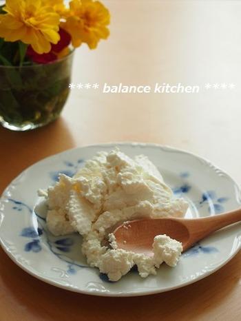 「牛乳+レモン汁」ではなく、ヨーグルトからも、カッテージチーズは作れます!やわらかかったヨーグルトが、レンチン3分で、分離した状態に。そいて水気を切ると・・カッテージチーズのように変身しますよ。  ちなみに、市販のヨーグルトの上澄みの水が、ホエイ(乳清)になります。