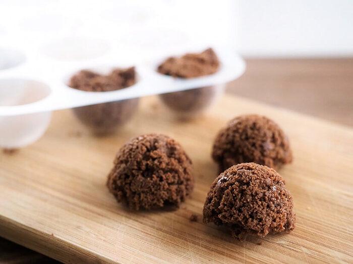 チョコレートと重曹、水を電子レンジで加熱するとぷっくりとした泡が発生し、手作りのエアインチョコが完成します。  重曹を加熱すると、二酸化炭素が発生します。チョコレートの中に「泡」という形で現れるんですね。そのまま冷やすことによって、泡が内包され、サクサクとした食感が楽しいエアインチョコになります♪