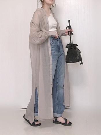 シースルーなワンピースならシャツタイプを選んで羽織にするのも◎タンクトップとデニムのカジュアルスタイルもシースルーなシャツワンピースを取り入れことで、グッとおしゃれなコーデに仕上がりますね♪