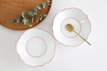 透明感のある白磁に細い赤い線が施されており、繊細な佇まいのお皿です。普段使いといっても、こだわりが垣間見えるような上品な食卓になりそう。