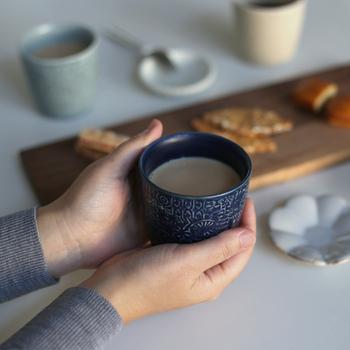 そのためカップによって柄の凹凸や出方などが違い、それぞれに個性を持っています。同じものがないので愛おしさを感じます。手にスッとなじむ大きさとおしゃれなくすみカラーで、カフェタイムに癒しをくれますよ。