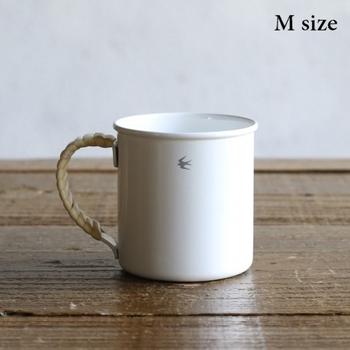 新潟県の燕市の老舗琺瑯メーカーからうまれ生まれたマグカップ。琺瑯の素材として一般的なスチールではなく、工法が難しいといわれているステンレスを使われているので錆びにくいのが特徴です。