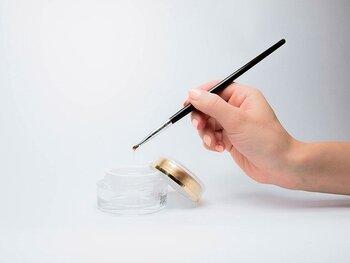 ジェルネイルはLEDやUVライトで樹脂を固めるネイルなので、マニキュアに比べて早く乾かすことができます。その為重ねてのアートが可能になり、デザインのバリエーションも広がります。マニキュアは3日程度で剥げてしまいますが、ジェルネイルは3週間程持つのもうれしいポイントです。