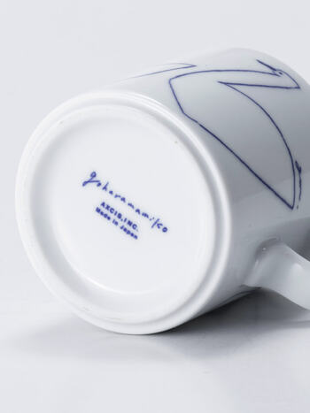 マグカップにはひとつひとつ微妙ににじみやムラにちがいがあり、その表情を作るのは「銅板転写」という昔ながらの手法で絵付けをしているから。別売りのソーサーは、あえて柄違いを使用しても◎。お気に入りの組み合わせを見つけるのも楽しいですね。