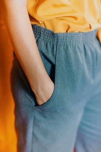 コットンやリネンは天然繊維。パジャマによく使用されるシルクも天然素材です。プラスして、ポリエステルやナイロンなどを使った生地も豊富にあります。例えば部屋で楽に着られるスウェットの素材は、綿+ポリエステルです。価格が多少安いのもポイント。