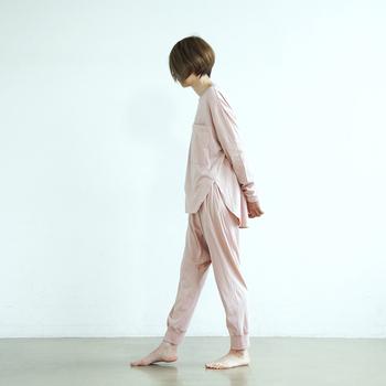 「朝焼けのうすピンク」と付けられた優しい色のパジャマは、カリフォルニアコットンの柔らかな肌触り。印象的な胸ポケットと深めのスリットがつくるシルエットは、女性らしさと遊び心が共存する新鮮なデザインです。