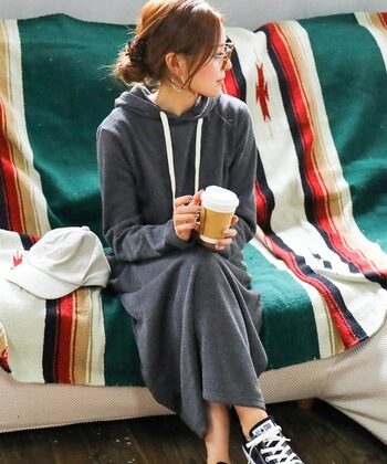 フードのついたパーカー型ワンピでゆったりと過ごす大人コーデ。裏起毛素材だから温かさもばっちりです。部屋着&パジャマとしてはもちろん、アウターを羽織ってそのままお買い物にもいけちゃう。