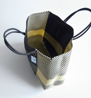 内側はポケットは仕切りの無いシンプルな作り。大きなものもざっくり入れられる。