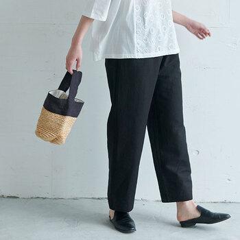 ラフィアとリネンの夏らしいミニバッグです。素材だけでも春夏らしいウキウキした気分を味わえます。