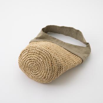 ラフィアはしっかりと編まれ、丸いかわいらしい底を作っています。中に荷物を入れると少し丸みが出るのがかわいらしい。