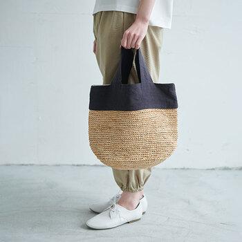 同じくラフィアとリネンのバッグですが、こちらは大きめのトートバッグです。