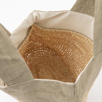 取っ手は二つで、しっかりと縫い付けられています。裏地の白も爽やかです。