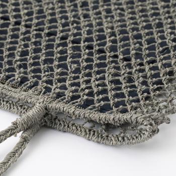 素材になっているのは、船舶のロープにも使われる丈夫なアバカ素材。菱編みとフラットなデザインで個性が出ています。