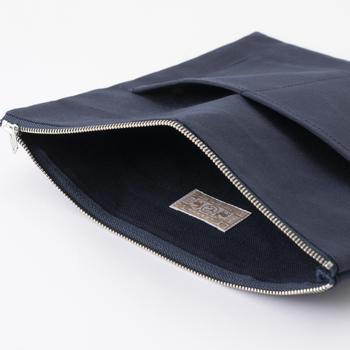 綿素材のポーチが付いているので、荷物はポーチに入れよう。ポケットも付いていて、最低限のアイテムは収納できそうです。