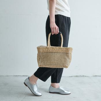 トウモロコシの皮を乾燥させて編んだ、柔らかな素材のバッグです。ナチュラルな表情が春夏にぴったりの風合いです。