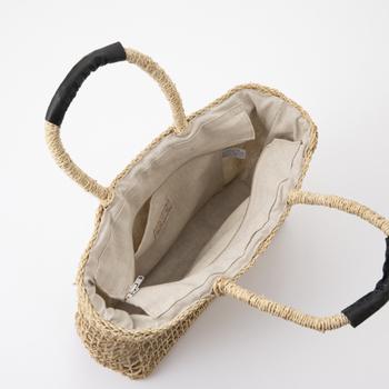 綿麻素材の内布が付いていて、内ポケットもあります。上部にはファスナーが付いているので、カゴバッグだと荷物の飛び出しや中身が見えそうで心配・・・なんて不安も解消です。