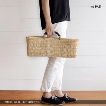 横長のデザインが個性的なバッグです。こちらもモロッコの職人さんによる手作りの品。