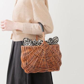 ヤナギを編まれたカゴバッグは艶やかな光沢が上品でもあります。