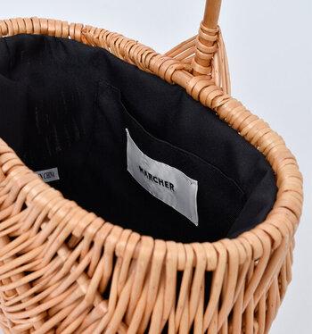 内側には当て布がしてあり、荷物が引っかかることもありません。レオパード柄の巾着もついているから、ちょっとした変化も楽しめる。