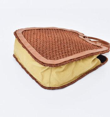 サイドと底部分は綿素材で軽やかな印象です。レザーで作られた縁取りも高級感があります。