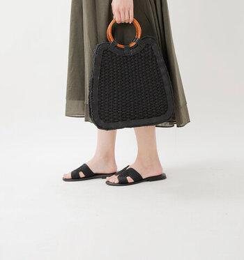 台形のシルエットにリングの取っ手がオシャレなバッグです。レディーで上品な雰囲気があります。