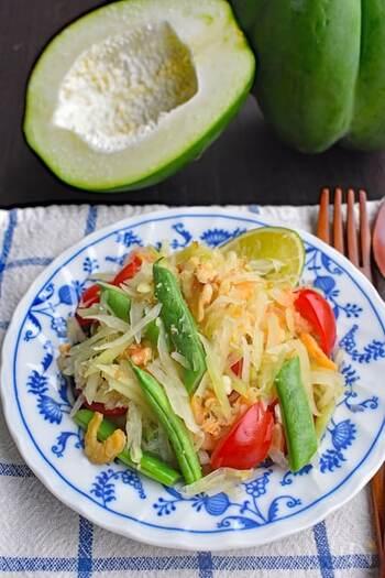 「ソムタム」は青パパイヤのシャキシャキとした食感が楽しめるサラダ。ナンプラーやライムの酸味と、唐辛子のピリッとした辛味が絶妙!青パパイヤは美容効果が高く、美肌やダイエット効果も!?