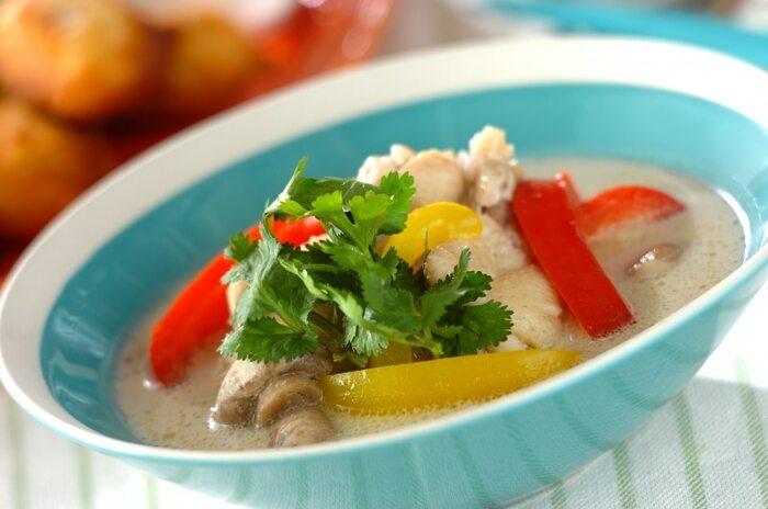 鶏肉をココナッツミルクで煮込んだまろやかでスパイスの香り豊かな「トムカーガイ」。甘みのなかにピリッとした辛みとライムの爽やかな酸味があり、絶妙なバランスで食欲をそそります。暑い夏にもぴったりなスープです!