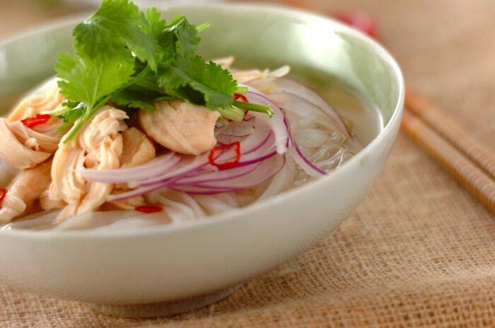 ベトナム料理と言ったら「フォー」は欠かせないですよね。ツルツルとした米粉の麺に、鶏や牛肉ベースの優しいお出汁であっさりといただけますよ。ベトナムでは朝食でフォーをよく食べるのだそう。