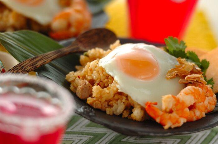 エスニック料理としても人気の「ナシゴレン」はインドネシアの炒飯。現地ではサンバルソースやケチャップマニスなどの調味料を使って作りますが、日本で手に入りやすいナンプラーやチリソースを使っても作れます。目玉焼きを乗せたら見た目もオシャレで食欲もそそりますね。