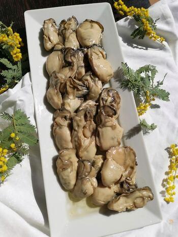 ぷりぷりした大粒の牡蠣を見つけたら、多めに買ってオイル漬けにしましょう。ちょっと贅沢なパスタや、牡蠣の香りが楽しめる炊き込みごはんにしても美味しそうです。