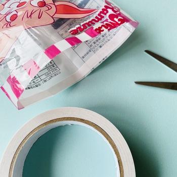 両面テープの幅が太い場合には、ファスナーの布部分からはみ出ないよう、テープをカットして幅を調整しておきましょう。