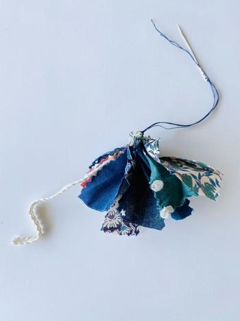 布に針を通し終わったら、糸をギュッと堅結びして、布を束ねます。