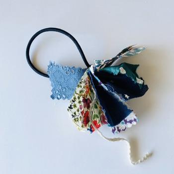 結んだ糸は長めに残し、その糸でヘアゴムに布の束を括り付けたら完成です!