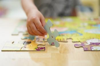 それでは、絵本カバーをリメイクして、パズルを作ってみるのはいかがでしょう?  大好きなお話の風景や登場人物が描かれたパズルで遊べるなんて、ワクワクしますね♪