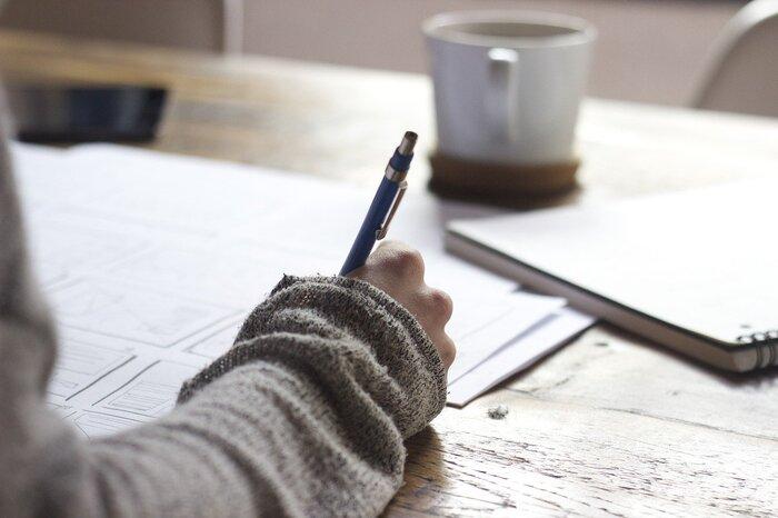 一日の終わりに日記を書いたら気持ちの整理がつきそうです。また、家計簿を付けて無駄遣いがないか見直してみては?素敵なお店や欲しいものなども書き込むと、後で見返すのが楽しくなりそうですね。