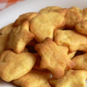 さつまいもを使ったカントリー風クッキーもおいしく作れます。小麦粉はタンパク質の量が少ない物の方が軽く仕上がりますが、天ぷら粉は製菓用薄力粉に近い成分の物もあります。軽い仕上がりにしたい場合は成分表をチェックして、タンパク質の数値が少ない物を選んでみましょう。