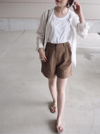 白T+ショートパンツのボーイズライクなコーデも、ノーカラーのシャツを羽織れば一気に大人の休日コーデに。ビーサンで外せばお洒落上級者に。