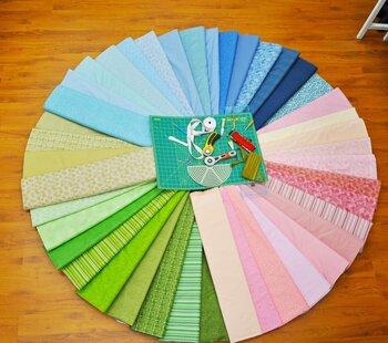 普段しているマスクもお気に入りの布で手作りしたら、心も弾みます。ミシンがなければ手縫いでチクチク。無心で針を動かしている時間は心を穏やかにしてくれます。家族や友人にプレゼントしても喜ばれそうですね。
