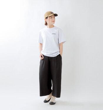 シンプルなデザインだから、パンツでもスカートでも合わせやすい。フロントのロゴがアクセントです。