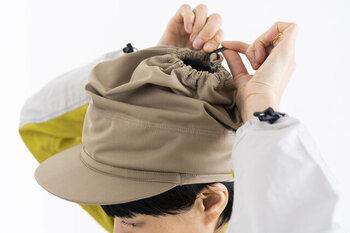 頭が蒸れたら開いて、寒かったら閉めて・・・体調や気候に合わせて調節可能。クシャっとしたシルエットも個性的です。