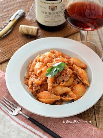 シンプルなミートソースをショートパスタに絡めて。ランチやお弁当、ワインのお供にもオススメです。