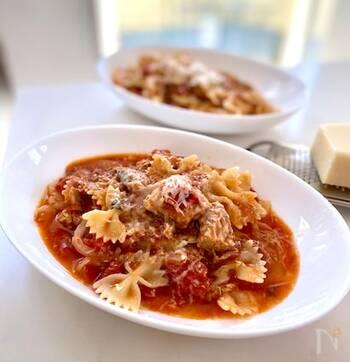 サバ缶の栄養を余すところなくいただけるレシピ。ソースを煮込んでいる間に、パスタを茹でて時短に。
