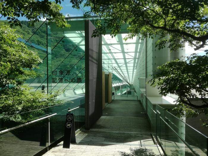 2002年、箱根、仙石原に開館。ポーラ化粧品で知られるポーラ創業家2代目の鈴木常司が40数年間にわたり収集した総数約1万点ものコレクションを所蔵する「ポーラ美術館」。  印象派など西洋絵画を中心に、日本の洋画、日本画、版画、東洋陶磁、ガラス工芸、古今東西の化粧道具など・・・誰が足を運んでも、お気に入りの作品が見つかる美術館です。