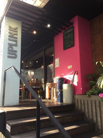 """渋谷駅から600m。通称""""奥渋""""にあり、個性的な上映作品で知られる映画館「アップリンク」(現在、休業中。オンラインで「アップリンククラウド」にて映画作品を配信中)。 建物の1階にあるカフェ「Kitchen Tabela」。"""