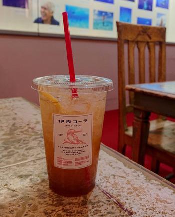 青山ファーマーズマーケットへの出店以来、スパイシーな風味のトリコになるひと多し!都内で作られるクラフトコーラ『伊良(いよし)コーラ』を提供する数少ないお店の一つです。